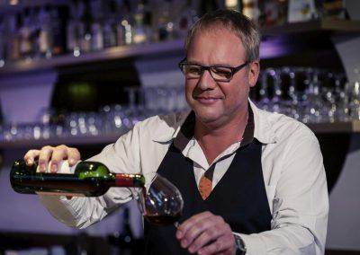 MERCURE HOTEL GRONINGEN MARTINIPLAZA barman in bar